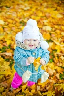 Garota da risada com folha amarela