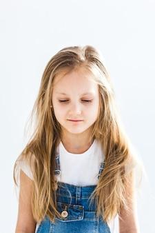 Garota de aparência europeia com tristeza de cabelos longos claros no rosto, reflexão, infância, escola, pais, notas