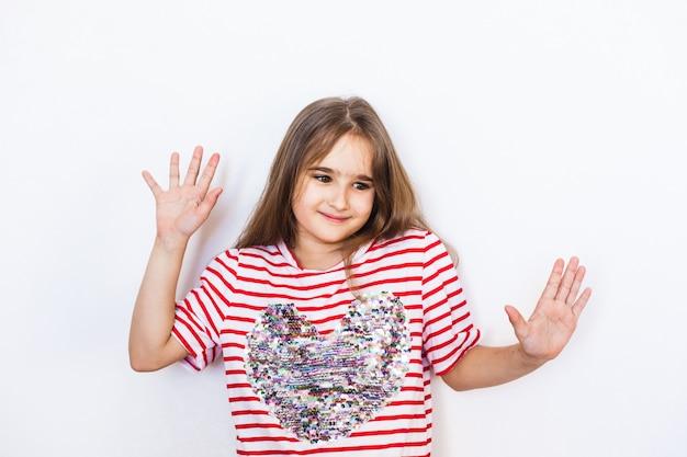 Garota de aparência europeia em uma camiseta com coração, dia dos namorados, coração, amantes, amor e família