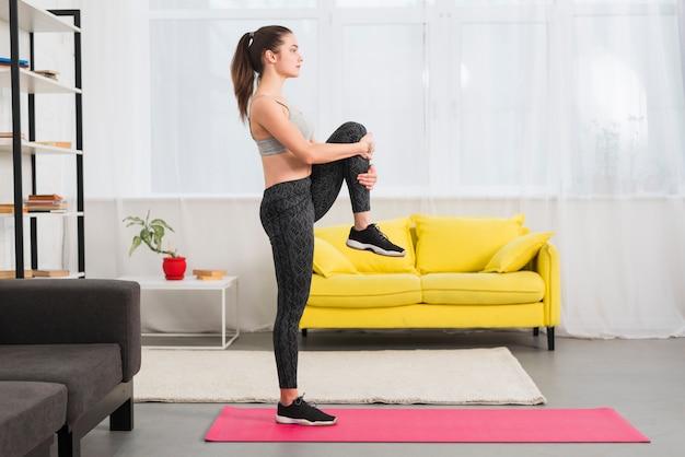 Garota de aptidão praticando ioga