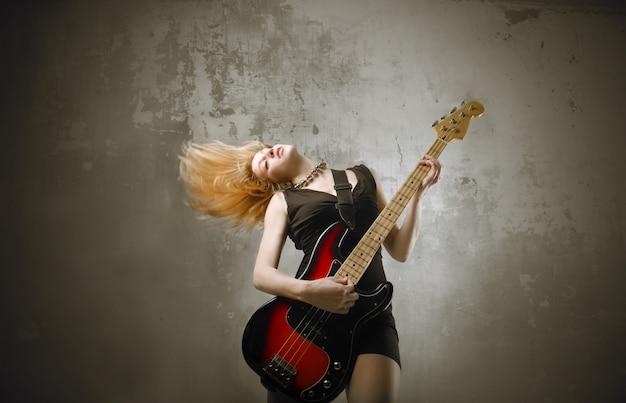 Garota de balancim com uma guitarra