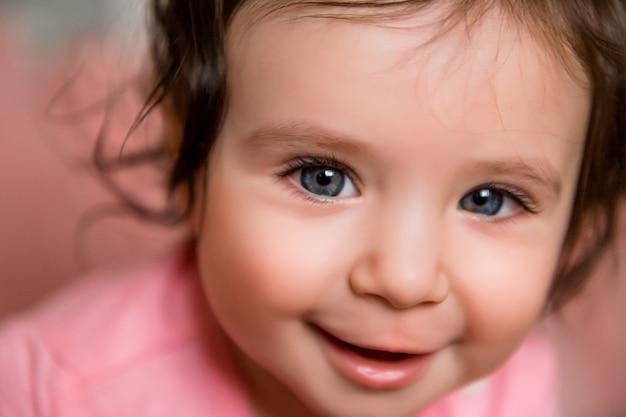 Garota de bebê recém-nascido da criança na cama de bebê