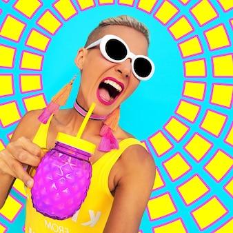 Garota de bech colorida vibrações de festa na praia coloridas tempo quente de férias