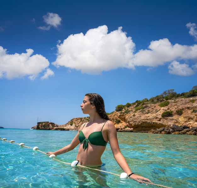 Garota de biquíni de ibiza relaxada na praia de águas claras