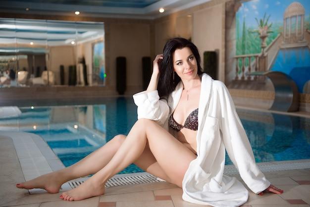 Garota de biquíni perto da piscina