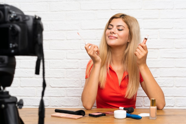Garota de blogueiro adolescente gravando um vídeo tutorial