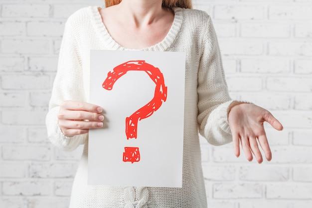 Garota de branco não tendo respostas para uma pergunta