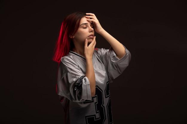 Garota de cabelo rosa em estilo vanguardista em peças fundidas.