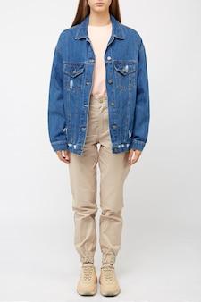 Garota de calça cargo bege e uma jaqueta jeans.