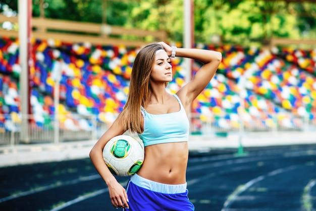 Garota de calção azul treino no estádio