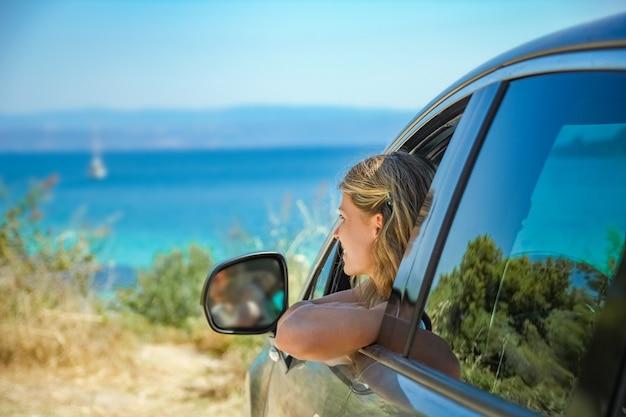 Garota de carro no mar da grécia