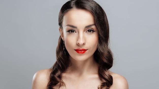 Garota de close-up com maquiagem linda.