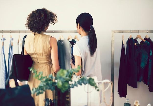 Garota de compras em uma loja de roupas
