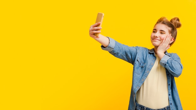 Garota de cópia-espaço tomando selfie