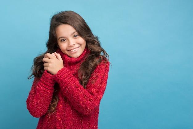 Garota de cópia-espaço vestindo blusa de inverno
