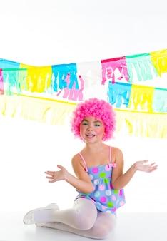 Garota de criança criança com palhaço de festa rosa peruca expressão engraçada