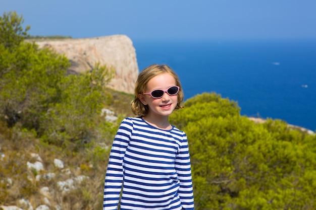 Garota de criança criança no mar mediterrâneo com listras de marinheiro