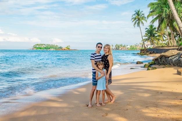 Garota de criança na praia com os pais.