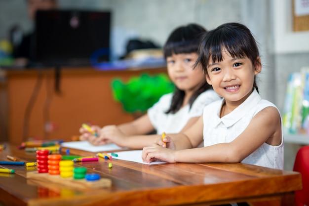 Garota de criança pré-escolar, desenho e colorir