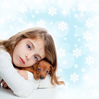 Garota de crianças de natal abraçar um cachorro cachorro marrom