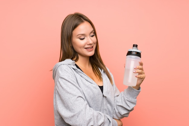 Garota de esporte adolescente com uma garrafa de água