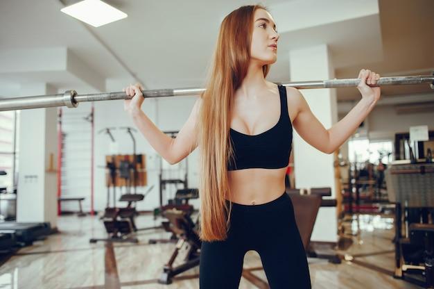 Garota de esportes em um ginásio de manhã