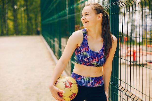 Garota de esportes em um parque