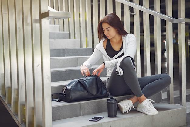 Garota de esportes em uma roupa de esportes em uma cidade