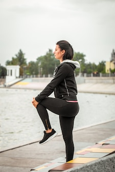 Garota de esportes faz yoga