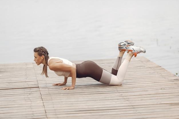 Garota de esportes na água. mulher em um parque de verão. senhora em uma roupa esportiva.