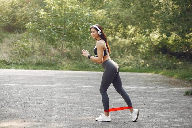 Garota de esportes treinando com elásticos de esportes