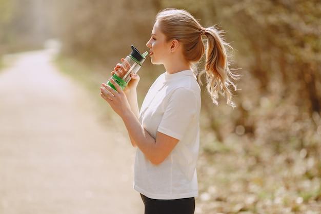 Garota de esportes treinando em uma floresta de verão