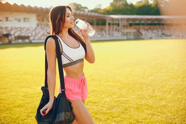 Garota de esportes treinando no estádio