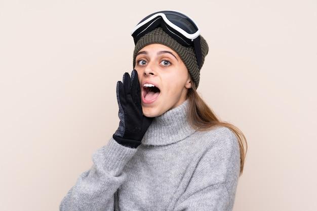 Garota de esquiador adolescente com óculos de snowboard, gritando com a boca aberta