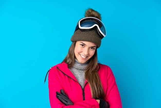 Garota de esquiador adolescente com óculos de snowboard rindo