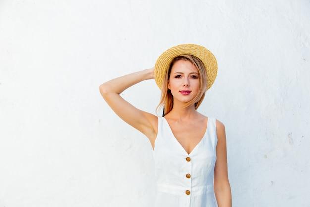 Garota de estilo perto de parede branca, creta, grécia