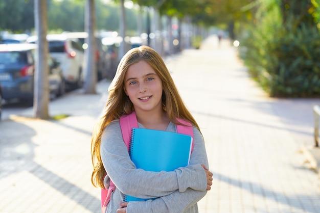 Garota de estudante garoto loiro na cidade