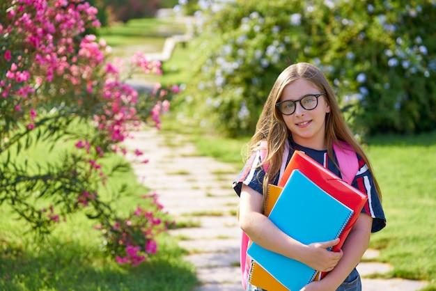 Garota de estudante garoto loiro no parque com óculos
