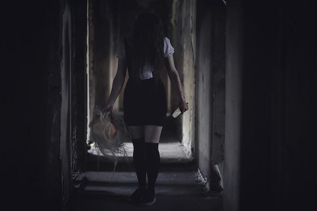 Garota de filme de terror com faca