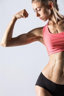 Garota de fitness com corpo bonito