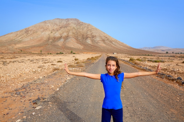 Garota de fuerteventura na montanha de tindaya em canárias