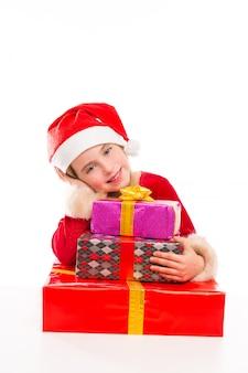 Garota de garoto de natal papai noel feliz animado com presentes de fita