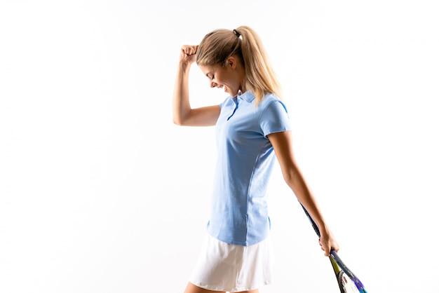 Garota de jogador de tênis adolescente sobre fundo branco isolado