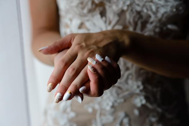 Garota de mãos com manicure bonito.
