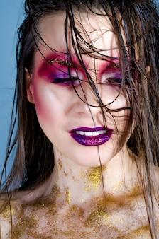 Garota de modelo com maquiagem da moda. brilhos brilhantes dourados
