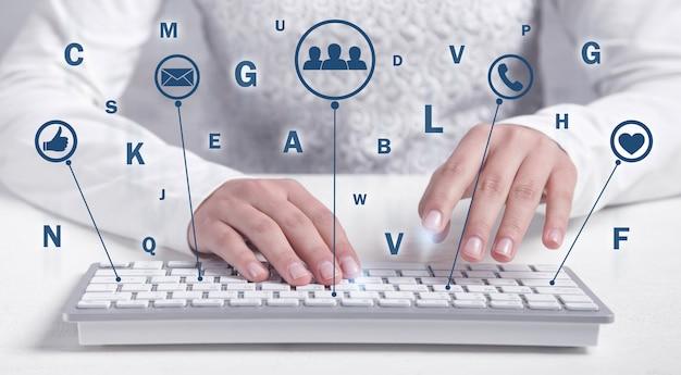 Garota de negócios digitando no teclado. mídia social