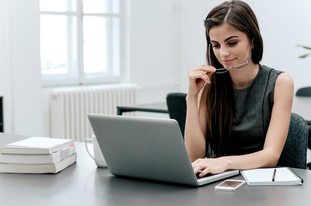 Garota de negócios escrevendo um novo post no blog.
