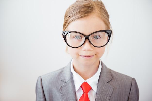 Garota de negócios feliz em copos grandes e terno elegante. feminismo, conceito de mulher de negócios