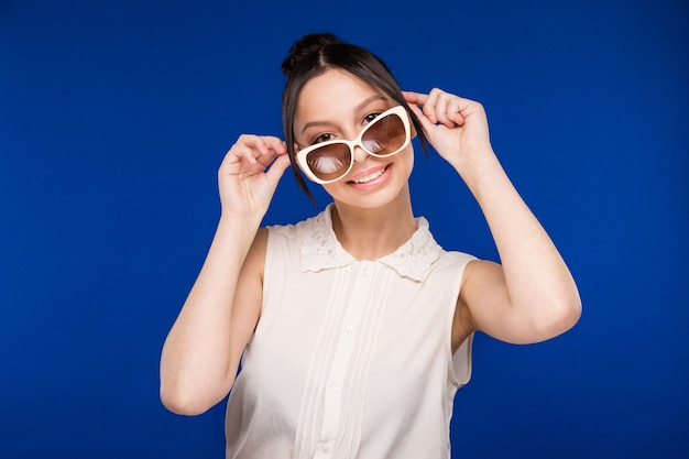 Garota de óculos de sol