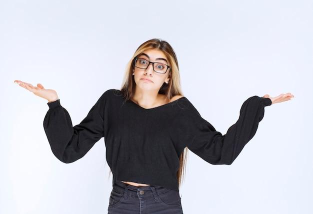 Garota de óculos parece inexperiente e confusa.